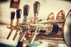 Ölutmatare i en bar fotografering för bildbyråer