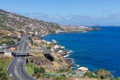 Ömadeira med huvudvägen längs Santa Cruz och en sikt på flygplatsen fotografering för bildbyråer