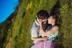Ömt kyssa par Man och kvinna som ligger in mot ner Kyss på kinden Arkivfoto
