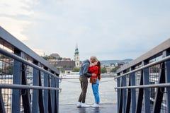 Ömt kyssa par som är förälskade på järnpir nära flodDonau i Budapest, Ungern Royaltyfria Foton