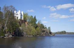 Ön av dödaen och kapellet Ludwigstein, kan den soliga dagen Parkera Monrepos russia vyborg Arkivfoto
