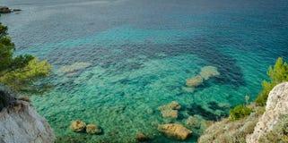 Ön av Elba, havet och vaggar Arkivbild