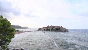 Ön av Sveti Stefan Storm på stranden Montenegro arkivfilmer