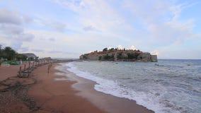 Ön av Sveti Stefan Storm på stranden Montenegro stock video