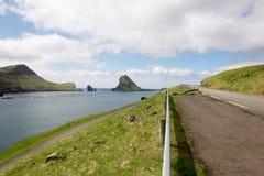Ön Gasholmur på Faroeen Island Arkivfoto