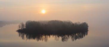 Ön i dimman Fotografering för Bildbyråer