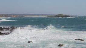 Ön Ilha gör Pessegueiro under de stora vågorna och stormen Sinus Portugal arkivfilmer