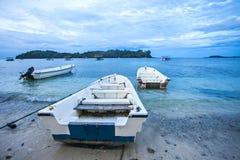 Ön, molnet och den blåa himlen, härlig sikt av den Iboih stranden, i Sabang, Indonesien Fotografering för Bildbyråer