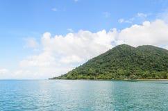 Ön och berget på det Trad landskapet Thailand arkivfoton
