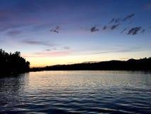 Ön parkerar sjön Arkivfoto