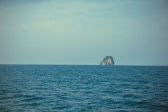 Ön vaggar det fristående over havet, och sneda bollen för blå himmel sköt bakgrund thailand Arkivfoto