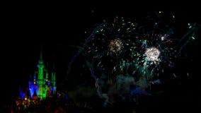 Önskar nattetidimponerande föreställningfyrverkerier Arkivfoto