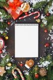 Önskelistabegrepp med anteckningsboken arkivbilder