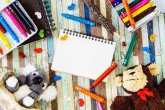 Öppen anteckningsbok för mellanrum och gulliga koala- och apadockor, färgpennor på fotografering för bildbyråer