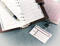Öppen anteckningsbok för penna, emblem, tappning royaltyfri foto