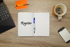 Öppen anteckningsbok med ` för text`-REGISTER och en kopp kaffe på träbakgrund royaltyfri foto