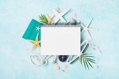 Öppen anteckningsbok med tillbehör på blå pastellfärgad bästa sikt för tabell Planera sommarferier, lopp och semesterbakgrund Lek arkivbilder