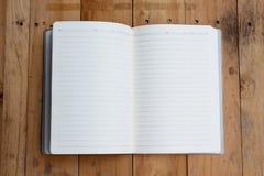 Öppen anteckningsbok med tomma sidor Arkivbilder