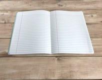Öppen anteckningsbok på träbräde foto royaltyfri bild