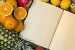 Öppen anteckningsbok - tomma sidor - frukt Arkivfoto
