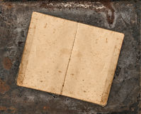 Öppen antik receptbok på lantlig texturerad bakgrund Arkivbild