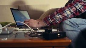 Öppen bärbar dator för man och strarting arbete stock video