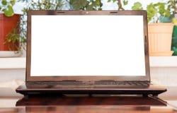 Öppen bärbar dator med den isolerade skärmen Royaltyfria Foton