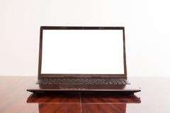 Öppen bärbar dator med den isolerade skärmen Royaltyfri Fotografi