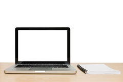 Öppen bärbar dator med den isolerade vita skärmen och boken på trä Royaltyfri Fotografi