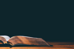 öppen bibel Arkivbild