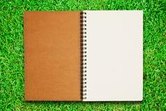 öppen blank anteckningsbok för fältgräsgreen Royaltyfria Foton