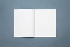 öppen blank tidskrift arkivfoto