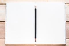 öppen blyertspenna för anteckningsbok Royaltyfri Bild
