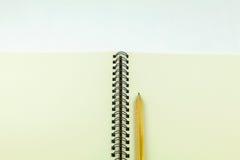 öppen blyertspenna för anteckningsbok Royaltyfri Foto
