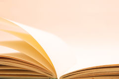 öppen bok arkivfoto