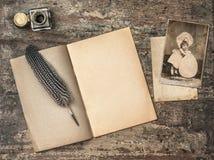 Öppen bok, antika handstilhjälpmedel och tappningeaster vykort arkivbild