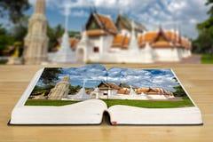 Öppen bok eller resehandbok för det Thailand loppet Oskarp thai tempel fotografering för bildbyråer