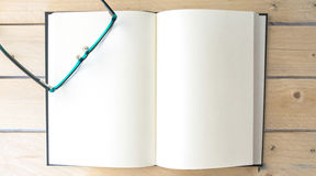 Öppen bok för kopieringsutrymme med exponeringsglas Arkivbild