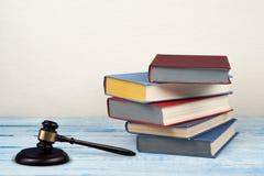 Öppen bok för lagbegrepp med trädomareauktionsklubban på tabellen i en rättssal eller ett rättsskipningkontor, beige bakgrund kop Arkivfoton