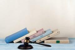 Öppen bok för lagbegrepp med trädomareauktionsklubban på tabellen i en rättssal eller ett rättsskipningkontor, beige bakgrund kop Royaltyfri Bild