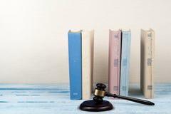 Öppen bok för lagbegrepp med trädomareauktionsklubban på tabellen i en rättssal eller ett rättsskipningkontor, beige bakgrund kop Royaltyfria Foton