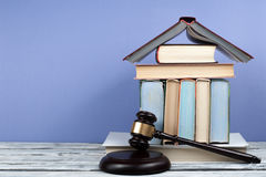Öppen bok för lagbegrepp med trädomareauktionsklubban på tabellen i en rättssal eller ett rättsskipningkontor, blå bakgrund kopia Royaltyfri Foto