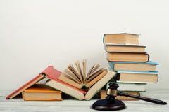 Öppen bok för lagbegrepp med trädomareauktionsklubban på tabellen i en rättssal eller ett rättsskipningkontor, vit bakgrund kopia Arkivbilder