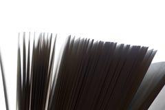 Öppen bok, fladdra för sidor svart white fotografering för bildbyråer