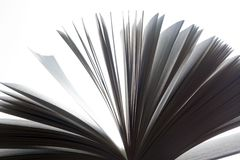 Öppen bok, fladdra för sidor svart white royaltyfria bilder