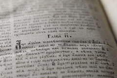 Öppen bok med den ljusa strålkastaren på text Läsa av öppnad bok e Fotografering för Bildbyråer