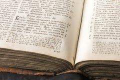 Öppen bok med den ljusa strålkastaren på text Läsa av öppnad bok e Arkivfoton