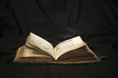 Öppen bok med den ljusa strålkastaren på text Läsa av öppnad bok e Royaltyfri Foto