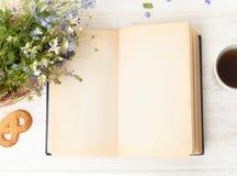 Öppen bok på den vita tabellen royaltyfria foton