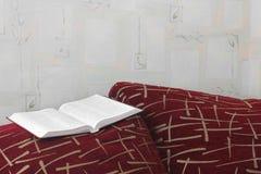 Öppen bok på soffan royaltyfria foton